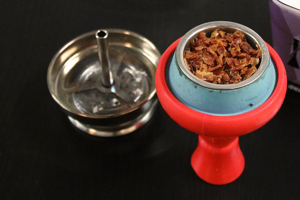 Rauchfertig vorbereiteter roter Kaya Tabakkopf aus Silikon mit blauem Hydra-Einsatz aus Schamott-Ton